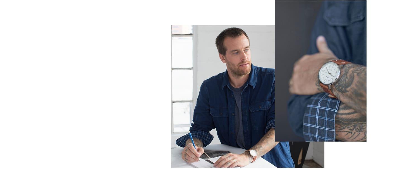 Artysta w niebieskiej koszuli z zegarkiem na ręku